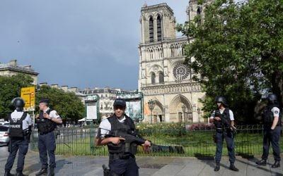 Policiers français déployés devant la capitale Notre-Dame de Paris, le 6 juin 2017. (Crédit : Bertrand Guay/AFP)