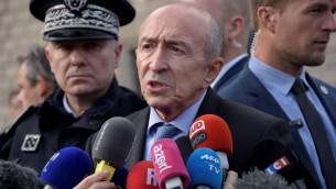 Gérard Collomb, au centre, ministre français de l'Intérieur, près des lieux d'une attaque terroriste devant la cathédrale Notre-Dame de Paris, le 6 juin 2017. (Crédit : Bertrand Guay/AFP)