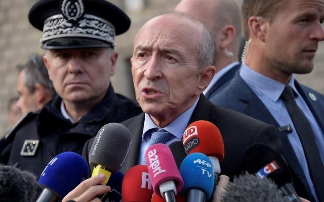Gérard Collomb, au centre, ministre français de l'Intérieur, près des lieux d'une attaque terroriste devant la cathédrale Notre-Dame de Paris, le 6 juin 2017. (Crédit: Bertrand Guay/AFP)