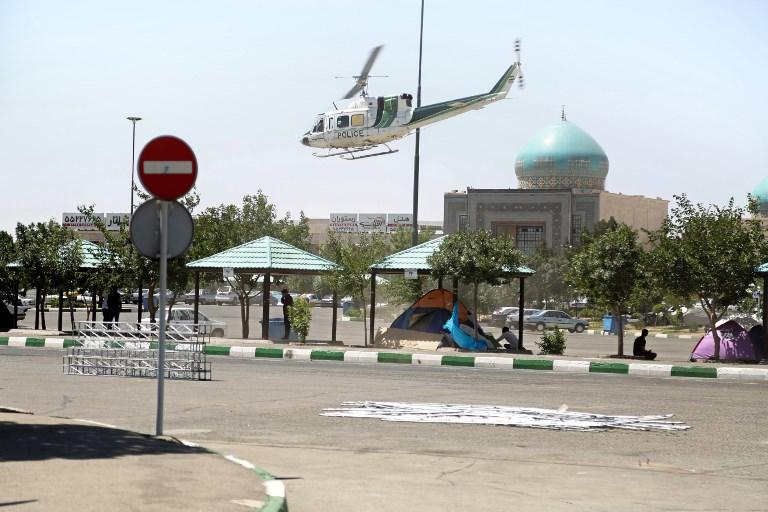 Un hélicoptère de la police au-dessus du mausolée de l'Ayatollah Rouhollah Khomeiny, à Téhéran, après un attentat revendiqué par le groupe Etat islamique, le 7 juin 2017. (Crédit : Hasan Shirvani/Miza News/AFP)