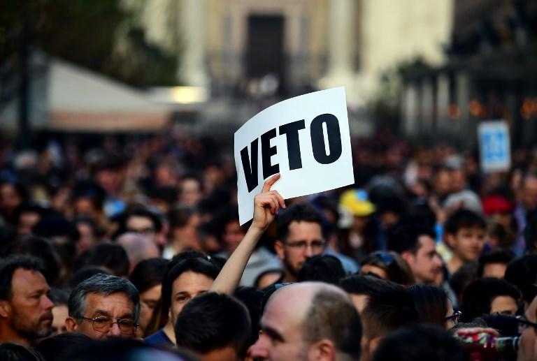 Manifestation des professeurs et des enseignants de l'université ouverte de George Soros devant le siège du parti FIDESZ au pouvoir, à Budapest, le 4 avril 2017. (Crédit : Attila Kisbenedek/AFP)