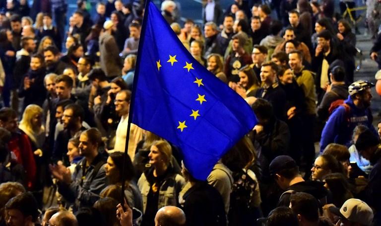 Manifestation des professeurs et des enseignants de l'université ouverte de George Soros devant le siège du parti FIDESZ au pouvoir, à Budapest, le 9 avril 2017. (Crédit : Attila Kisbenedek/AFP)