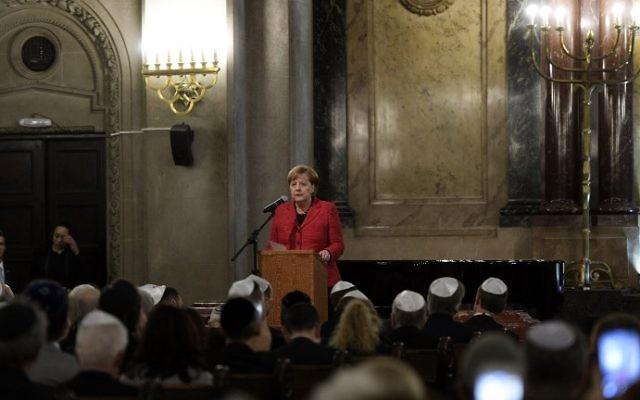 La chancelière allemande Angela Merkel lors d'une visite à la synagogue Templo Libertad à Buenos Aires, Argentine, le 8 juin 2017 (Crédit : Juan Mabromata / AFP)
