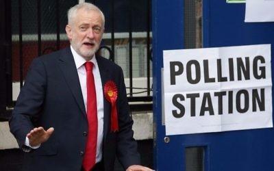 Jeremy Corbyn, chef du Labour britannique, à la sortie du bureau de vote, dans le nord de Londres, le 8 juin 2017. (Crédit: Daniel Leal-Olivas/AFP)
