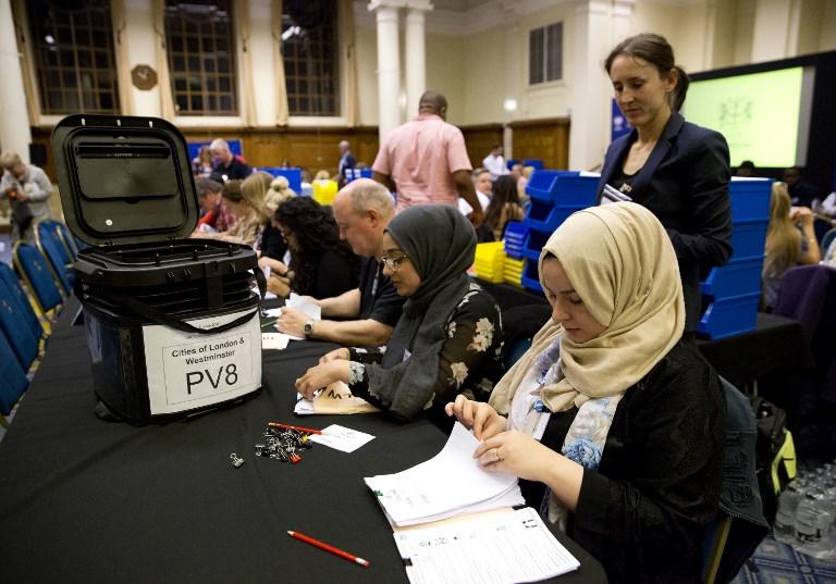 Dépouillement dans un bureau de vote de Londres, le 8 juin 2017. (Crédit : Isabel Infantes/AFP)