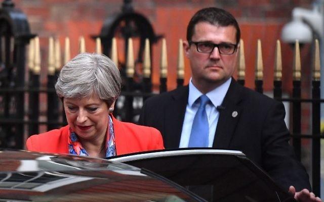 Theresa May, Première ministre britannique, devant le siège du parti conservateur à Londres, quelques heures après la fermeture des bureaux de vote, le 9 juin 2017. (Crédit : Ben Stansall/AFP)