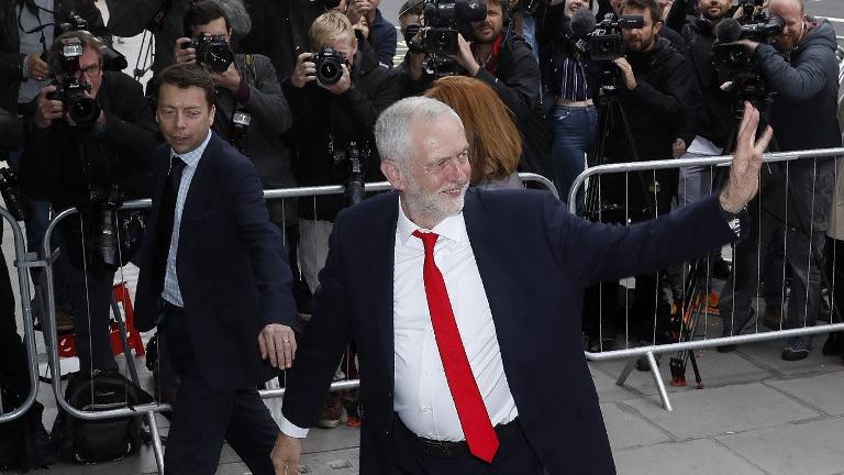 Le chef du parti d'opposition britannique du Labour Jeremy Corbyn arrive au siège de la formation dans le centre de Londres, le 9 juin 2017. (Crédit : Odd Andersen/AFP)