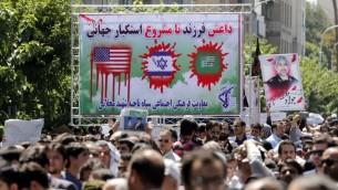 Les Iraniens pleurent, lors des funérailles des victimes des attaques contre le Parlement de Téhéran et le sanctuaire du guide suprême Ayatollah Ruhollah Khomeini, dans la capitale Téhéran le 9 juin 2017 (Crédit : Atta Kenare / AFP)