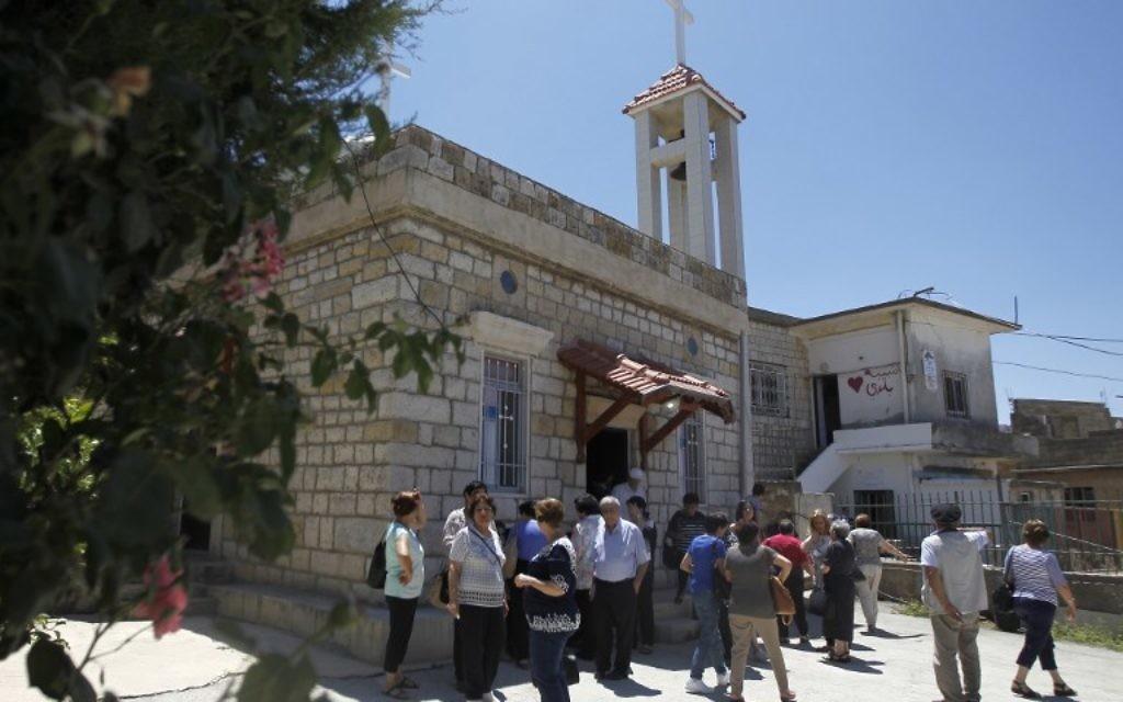Les fidèles assistent à la messe dans une église du village Druze d'Ein Qiniye dans le plateau du Golan, le 11 juin 2017, (Crédit : AFP PHOTO / JALAA MAREY)