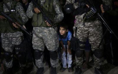 Les combattants des Brigades Ezzedine al-Qassam, la branche armée du mouvement terroriste du Hamas, pendant un service commémoratif d'un commandant tué lors d'une explosion apparemment accidentelle dans le sud de la bande de Gaza, le 10 juin 2017. (Crédit : Said Khatib/AFP)