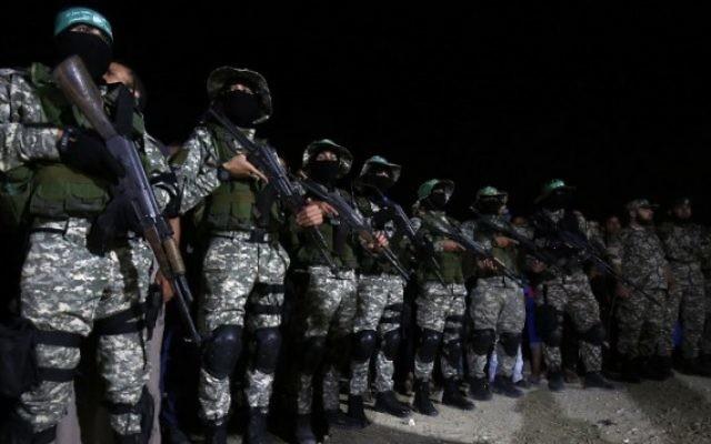 Les Brigades Ezzedine al-Qassam, branche armée du mouvement terroriste du Hamas, pendant un service commémoratif pour un commandant tué lors d'une explosion accidentelle dans le sud de la bande de Gaza, le 10 juin 2017. (Crédit : Said Khatib/AFP)