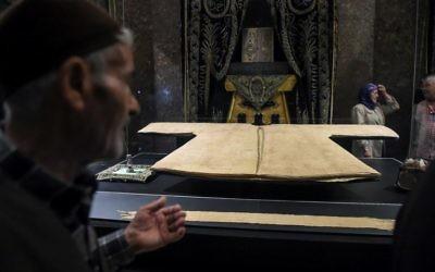 """Le """"saint manteau"""" du prophète musulman Mahomet, exposé à Istanbul pendant le Ramadan, le 2 juin 2017. (Crédit : Ozan Kose/AFP)"""