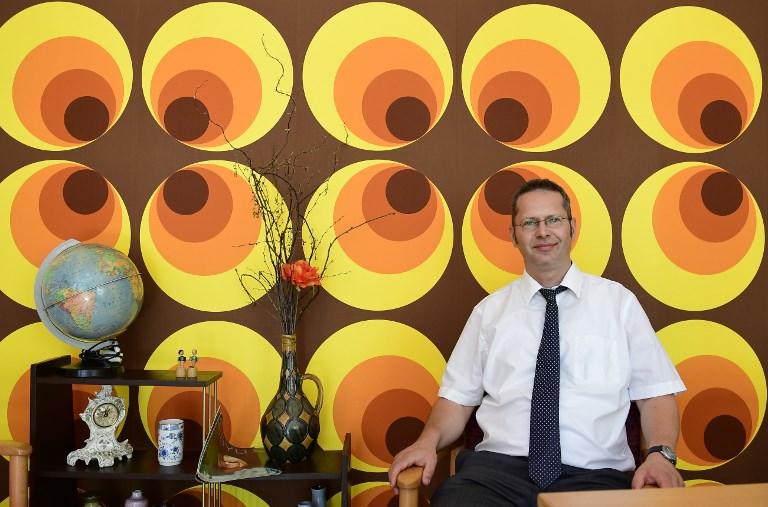 Gunter Wolfram, directeur d'une maison de retraite, dans une salle meublée comme dans les années 1970 de l'Allemagne de l'Est, à Dresde, le 14 juin 2017. (Crédit : Tobias Schwarz/AFP)