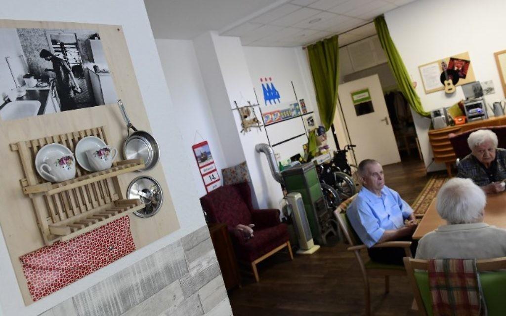 Des résidents d'une maison de retraite dans un salon des années 1960 reconstitué à Dresde, le 14 juin 2017. (Crédit : Tobias Schwarz/AFP)