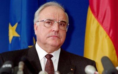 Helmut Kohl, alors chancelier de l'Allemagne de l'Ouest, le 9 décembre 1989. (Crédit : Michel Frison/AFP)
