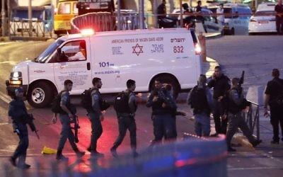 Les forces israéliennes et une ambulance sur les lieux d'un attentat commis aux abords de la Porte de Damas dans la Vieille ville de Jérusalem, le 16 juin 2017  (Crédit : AFP/Thomas Coex)