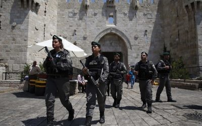 Garde-frontières israéliens devant la porte de Damas, dans la Vieille Ville de Jérusalem, le 18 juin 2017. (Crédit : Ahmad Gharabli/AFP)