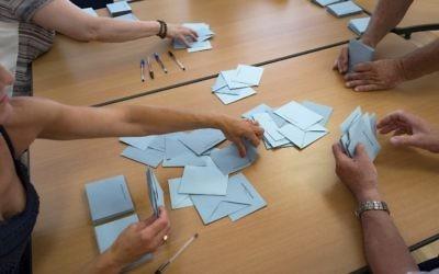 Illustration : Dépouillement des bulletins de vote du second tour des élections législatives françaises, à Gardouch, le 18 juin 2017. (Crédit : Eric Cabanis/AFP)