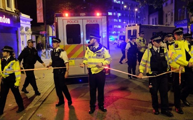 Police sur les lieux d'une attaque terroriste à Finsbury Park, à Londres, le 19 juin 2017. (Crédit : Daniel Leal-Olivas/AFP)