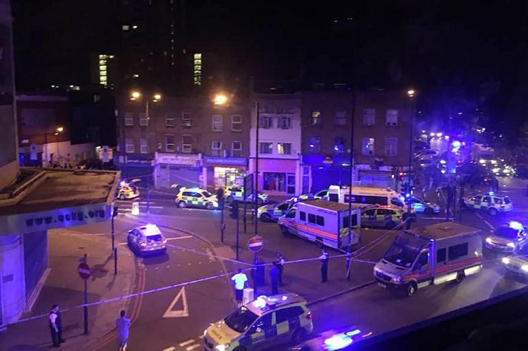 La police et les secours sur les lieux d'une attaque terroriste à Finsbury Park, à Londres, le 19 juin 2017. (Crédit : Chloe Jihyeon Lee/AFP)