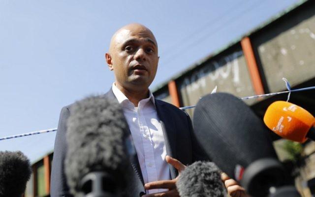 Sajid Javid en conférence de presse près de Finsbury Park, où il a visité la scène d'une attaque véhiculaire, à Londres, le 19 juin 2017. (Crédit : Tolga Akmen/AFP)