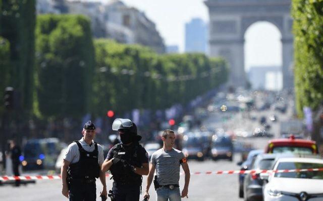 Policiers sur le Champs-Elysées, après une tentative d'attentat, le 19 juin 2017. (Crédit : Alain Jocard/AFP)