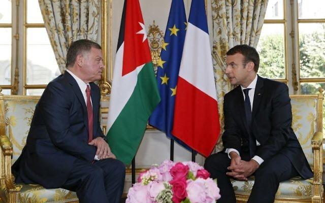 Le roi de Jordanie Abdallah II, à gauche, et le président français Emmanuel Macron au Palais de l'Elysée , à Paris, le 19 juin 2017. (Crédit : Gonzalo Fuentes/Pool/AFP)