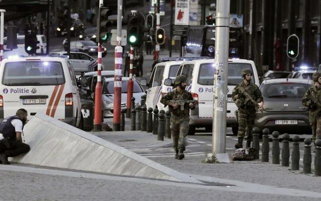 Policiers et soldats devant la Gare centrale de Bruxelles, après une tentative d'attentat, le 20 juin 2017. (Crédit : Thierry Roge/AFP)
