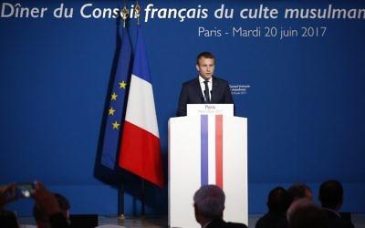 Le président français Emmanuel Macron pendant le dîner du Conseil français du culte musulman, à Paris, le 20 juin 2017. (Crédit : AFP)