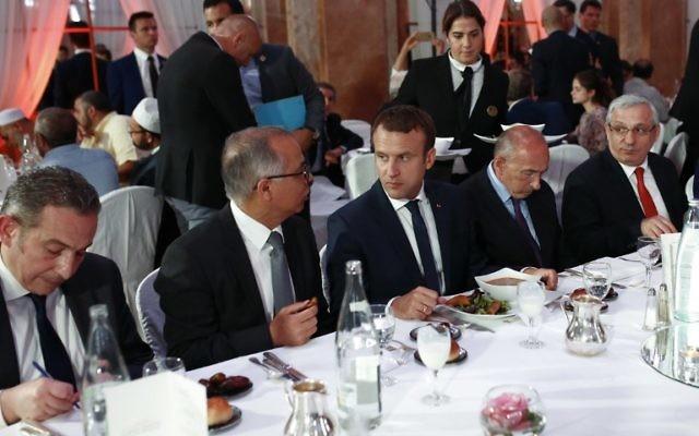 Le président français Emmanuel Macron, au centre, le ministre français de l'Intérieur Gérard Collomb, 2e à droite, et l'ambassadeur marocain en France Chakib Benmoussa, 2e à gauche, pendant le dîner du Conseil français du culte musulman, à Paris, le 20 juin 2017. (Crédit :Benjamin Cremel/AFP)