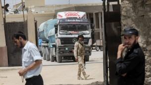 Des camions égyptiens apportent du carburant dans la bande de Gaza par le terminal de Rafah, le 21 juin 2017. (Crédit : Saïd Khatib/AFP)