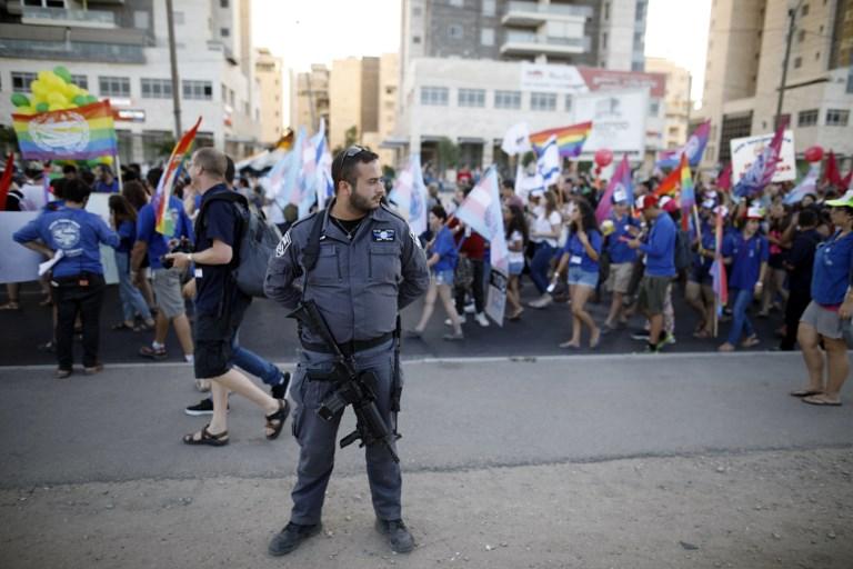 Un policier israélien monte la garde lors de la toute première marche annuelle de la Gay Pride organisée dans la ville de Beer sheva, dans le sud du pays, le 22 juin 2017 (Crédit : MENAHEM KAHANA/AFP PHOTO)