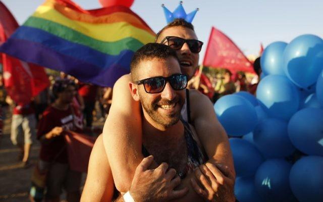 Des Israéliens qui participent à la  toute première marche annuelle de la Gay Pride organisée dans la ville de Beer sheva, dans le sud du pays, le 22 juin 2017 (Crédit : MENAHEM KAHANA/AFP PHOTO)