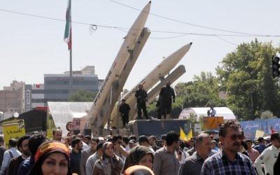 Des missiles Zolfaghar, à droite, exposés pendant la Journée d'Al-Qods à Téhéran, le 23 juin 2017. (Crédit : Stringer/AFP)