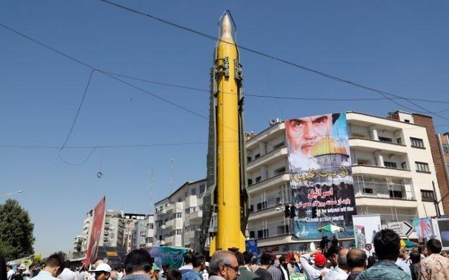 Un missile longue portée Shahab-3 exposé pendant la Journée d'Al-Qods à Téhéran, le 23 juin 2017. (Crédit : Stringer/AFP)