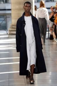 Un modèle présente une création du designer israélien Hed Mayner lors de la Semaine de la mode pour les hommes pour la collection Printemps et Été 2018 à Paris, le 23 juin 2017 (AFP PHOTO / FRANCOIS GUILLOT)