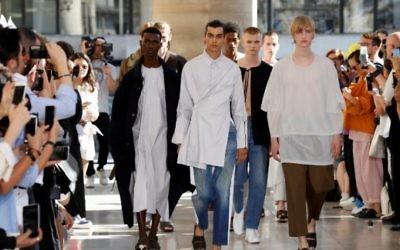Les modèles présentent des créations du créateur israélien Hed Mayner lors de la Semaine de la mode masculine pour la collection Printemps et Été 2018 à Paris, le 23 juin 2017 (AFP / FRANCOIS GUILLOT)