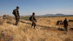 Soldats israéliens à la frontière syrienne après des tirs de projectiles sur la partie israélienne du plateau du Golan, le 24 juin 2017. (Crédit : Jalaa Marey/AFP)