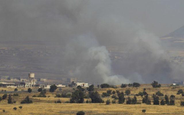 Le plateau du Golan syrien enfumé après des frappes pendant la guerre civile qui déchire le pays, vu du côté israélien de la frontière, le 24 juin 2017. (Crédit : Jalaa Marey/AFP)