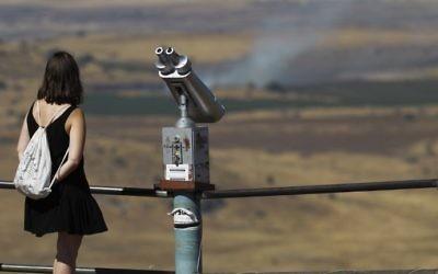 La Syrie, vue depuis Israël, du mont Bental, sur le plateau du Golan, le 25 juin 2017. (Crédit : Jalaa Marey/AFP)
