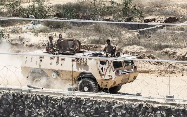 Garde-frontières égyptiens en patrouille près de Rafah, au sud de la bande de Gaza, le 28 juin 2017. (Crédit : Said Khatib/AFP)