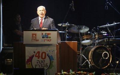 Le Premier ministre Benjamin Netanyahu à  Katzrin, sur le plateau du Golan, pour le 40ème anniversaire de sa fondation, le 28 juin 2017. (Crédit : Jalaa Marey/AFP)