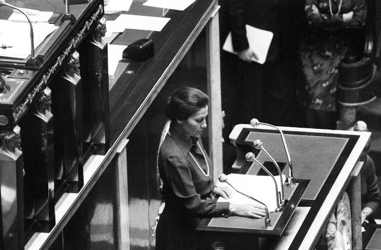 Simone Veil, ministre de la Santé, défend le projet de loi autorisant l'avortement à l'Assemblée nationale française, le 26 novembre 1974. (Crédit : AFP)