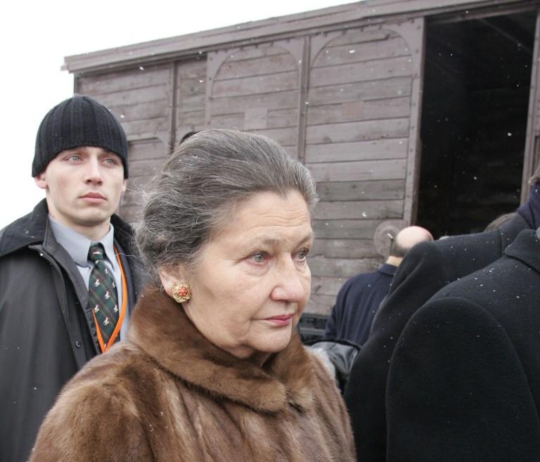 Simone Veil au camp d'extermination nazi d'Auschwitz-Birkenau, le 27 janvier 2005. (Crédit : Patrick Kovarik/AFP)