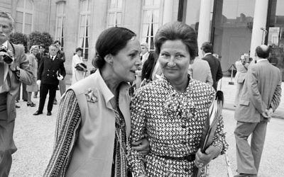 Simone Veil, ministre de la Santé, à droite, et Alice Saunier-Seite, secrétaire d'Etat aux Universités, devant l'Elysée, à Paris, le 10 août 1977. (Crédit : AFP)