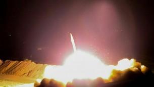 Missile balistique lancé par l'Iran contre des cibles de l'Etat islamique dans l'est de la Syrie, le 18 juin 2017. (Crédit : Gardiens de la révolution)