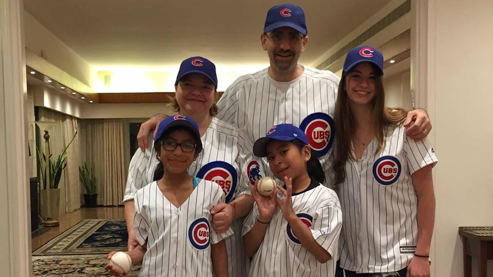 Julie Fisher, Dan Shapiro et leurs filles fêtent la victoire des Chicago Cubs durant les Wold Series au mois de novembre 2016. (Autorisation)