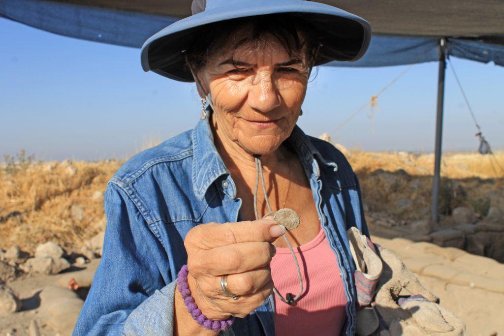 Près de 2 500 écoliers et bénévoles de tous âges de Modiin ont participé aux fouilles archéologiques de Tittora. (Crédit : Vered Bosidan, Israel Antiquities Authority)