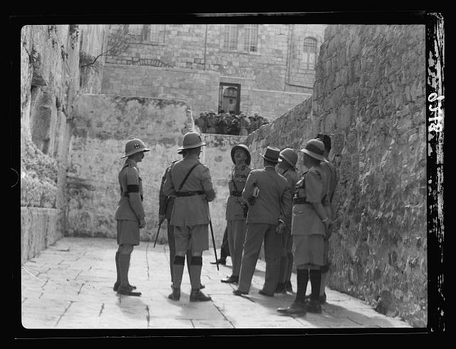 Suite aux perturbations palestiniennes de 1936, le lieutenant général britannique Dill visite le mur Occidental (Crédit : (G. Eric and Edith Matson Photograph Collection/Librairie du Congrès)