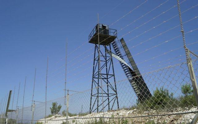 Un poste d'observation du Hezbollah sur la frontière israélo-libanaise, selon l'armée israélienne, dans une photographie diffusée le 22 juin 2017. (Crédit : unité des porte-paroles de l'armée israélienne)